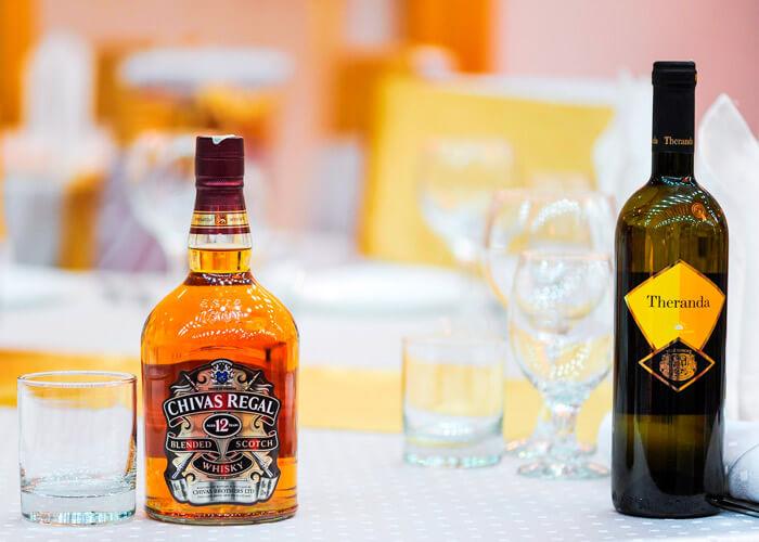 garrafa de bebida alcoólica e copos