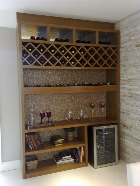 estante de madeira com lugar para as garrafas de vinho e adega