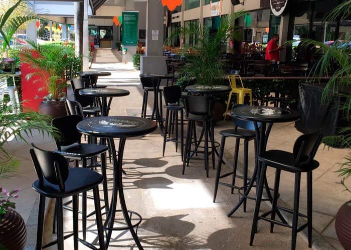 mesas-redondas-altas-de-azulejo-alinhadas