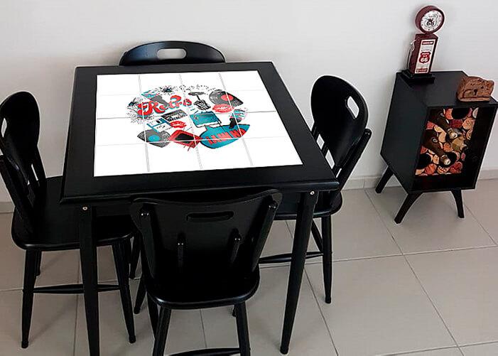 Mesa quadrada preta visto de cima com estampas que remetem ao mundo retrô.