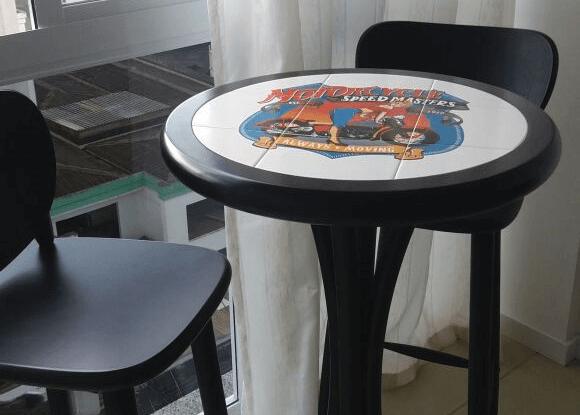 mesa preta de madeira com azulejo estampado com desenho de moto. Design Tambo Para os amantes de moto <3