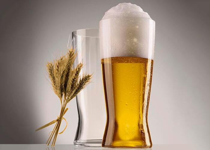copo lager com cerveja e copo sem com trigo