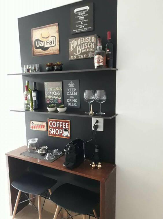 parede preta com prateleiras apoiando bebidas