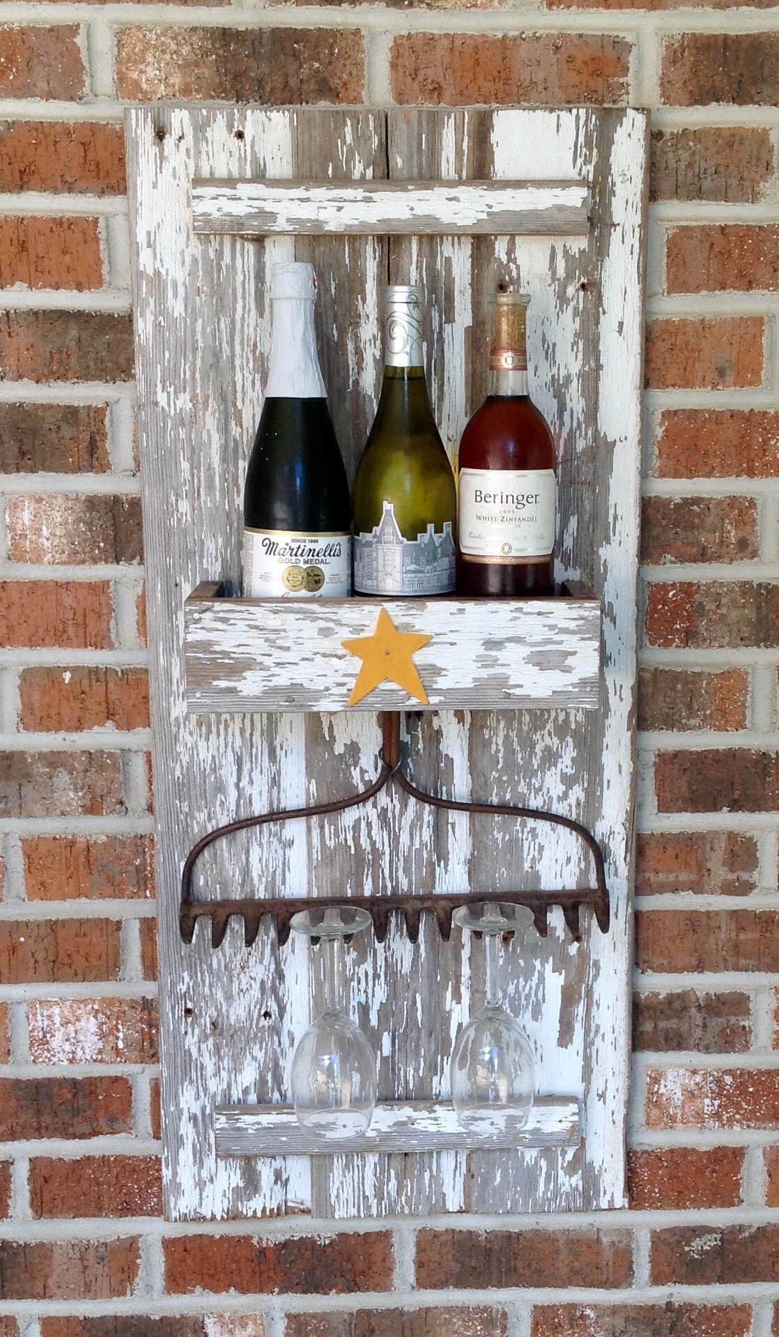 pequena adega de parede de madeira de demolição com garrafas de bebida