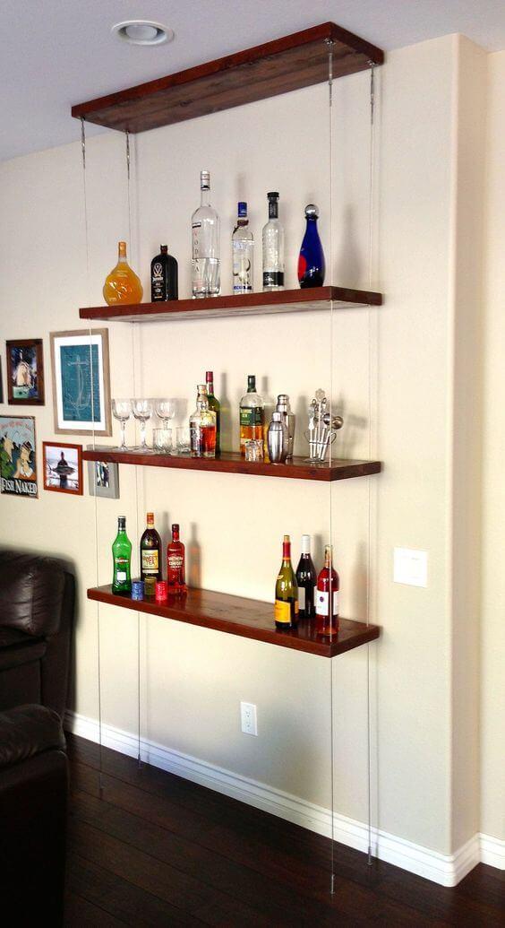 prateleiras suspensas por espias apoiando bebidas e copos