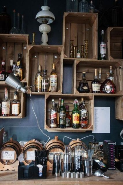 varios caixotes na parede apoiando bebidas
