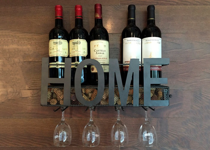 Porta-vinho-de-metal-com-garrafas-e-taças.-Escrito-com-a-palavra-Home