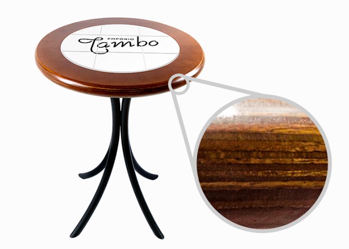mesa mostrando aproximadamente a madeira