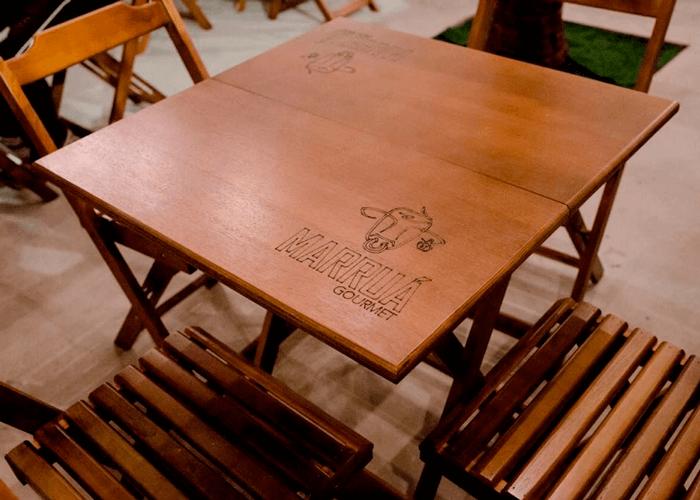 Mesa dobrável de madeira com cadeiras