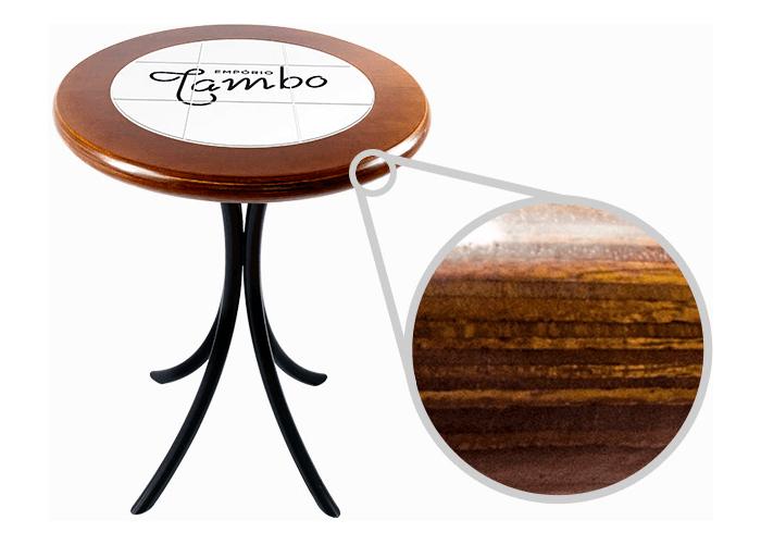 Mesa com tampo redondo mostrando detalhe aproximado da madeira maciça
