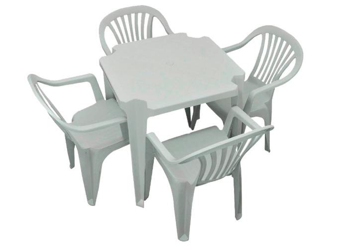 mesa-e-cadeiras-brancas-de-plástico-no-fundo-branco