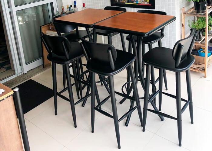 varanda-com-mesa-alta-quadrada-e-banquetas-pretas